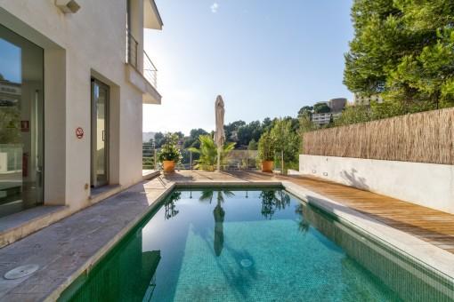 Moderne Doppelhaushälfte mit privatem Pool, Gästeapartment und Meerblick