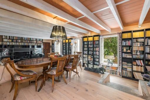 Essbereich mit Bücherregalen