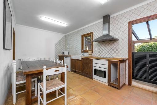 Rustikale Küche mit kleinem Essbereich