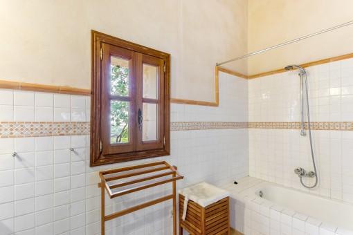 Das Badezimmer verfügt über eine Badewanne