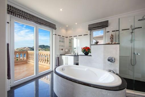 Wundervolles, modernes Badezimmer mit Badewanne