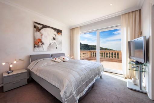 Modernes Schlafzimmer mit Zugang zum Balkon