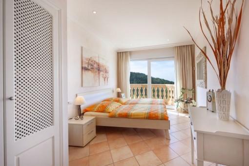Charmantes Schlafzimmer mit Doppelbett