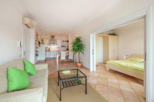 Weiterer Wohnbereich mit Küche und Schlafzimmer