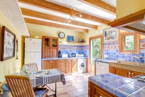 Lichtdurchflutete Küche mit integrierter Waschmaschine