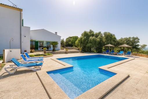 Wunderschöner Poolbereich mit Sonnenliegen