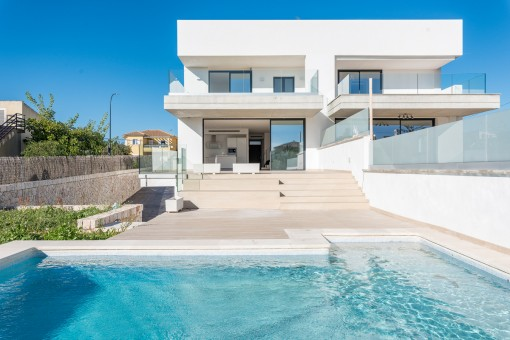 Moderne und luxuriöse Doppelhaushälfte mit eigenem Garten, Pool und Meerblick in Portocolom