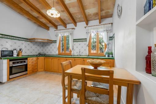 Küche und Essbereich mit Holzmöblierung