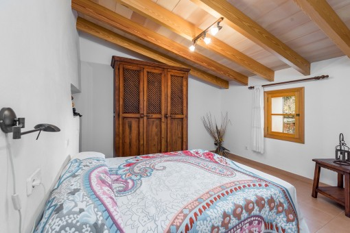 Reizendes Schlafzimmer mit Dachschräge