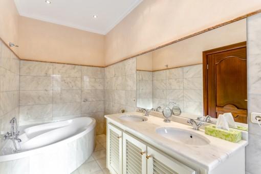 Reizendes Badezimmer mit Badewanne