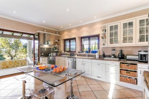 Große Küche mit weiterem Essbereich