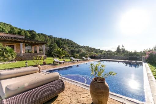 Traumhafter Poolbereich mit Sonnenliegen