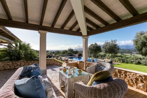 Gemütliche Chill-out Lounge auf der Terrasse