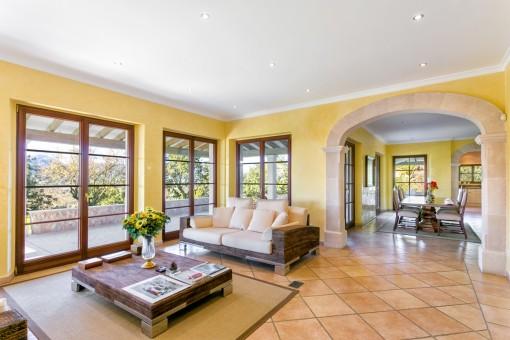 Lichtdurchfluteter Wohnbereich mit großen Fenstern