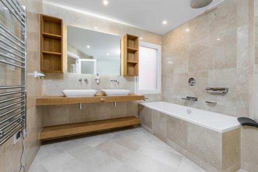 Eines von 2 luxuriösen Badezimmern
