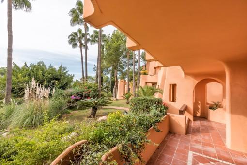 Überdachte Terrasse mit wunderschönem Gartenbereich