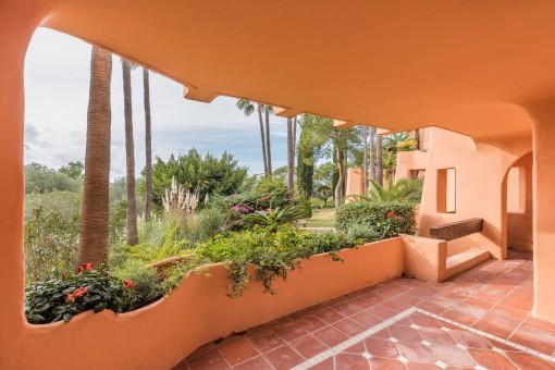 Die Terrasse bietet einen Zugang zum Gartenbereich