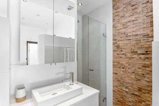 Modernes Badezimmer mit Natursteinwand