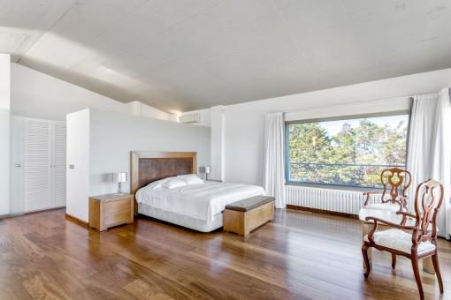 Geräumiges Hauptschlafzimmer