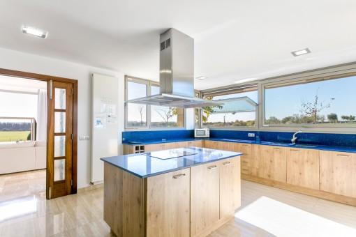 Große Küche mit Kochinsel