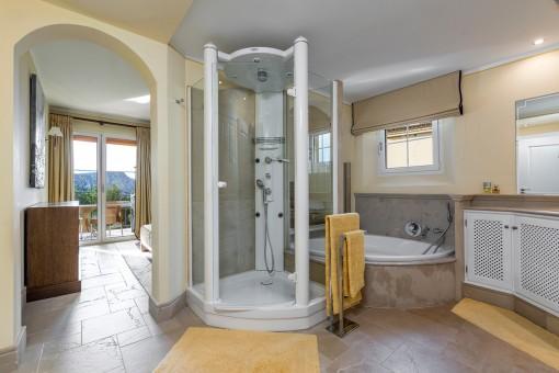 Großes en Suite Badezimmer