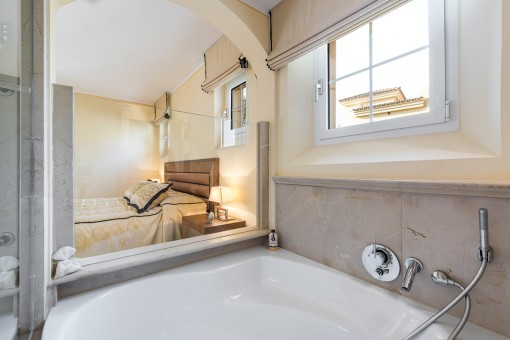 Schlafzimmer mit Blick zur Badewanne
