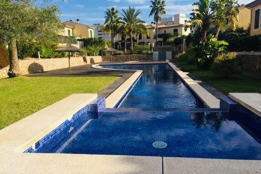 Moderne, helle Doppelhaushälfte auf 2 Etagen mit großzügiger Poolanlage in la Teulera in Palma