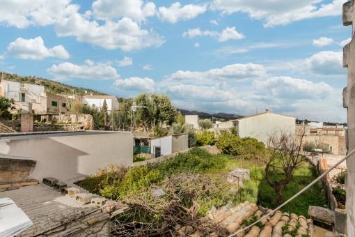 Dorfhaus mit Apartment zum Renovieren, Blick zu den Bergen, Garten sowie Poolmöglichkeit in Lloseta