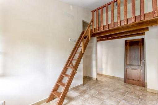 Schlafzimmer mit Holzgalerie