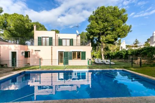 Wundervolle Außenansicht des Hauses mit Pool