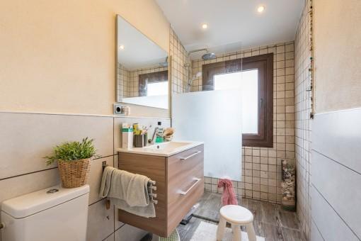 Eines von 2 Badezimmer