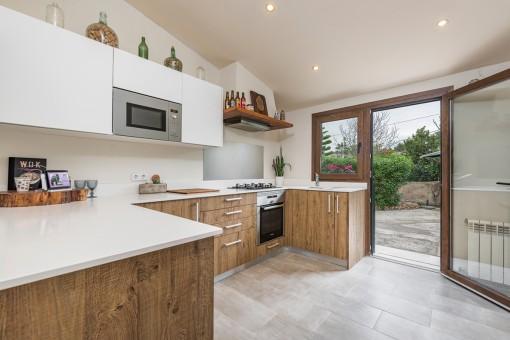 Moderne Küche mit Zugang nach Außen