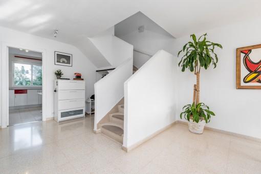 Großzügiger Bereich mit Treppenaufgang