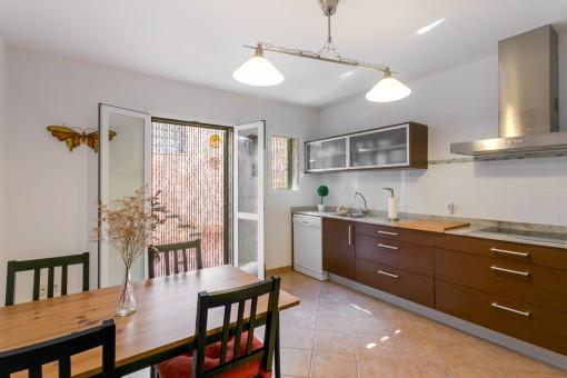 Essbereich und moderne Küche
