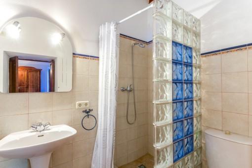 Eines von 9 Badezimmern