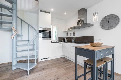 Moderne Küche mit Treppe zum Obergeschoss