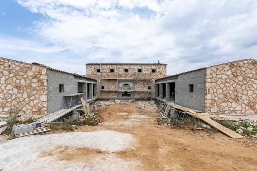 Großes Traumgrundstück mit spektakulären Weitblick und fortgeschrittenen Bauprojekt in Santanyí - Fertigstellung Ende 2020