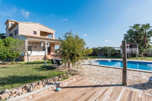 Außenbereich mit Pool und Garten