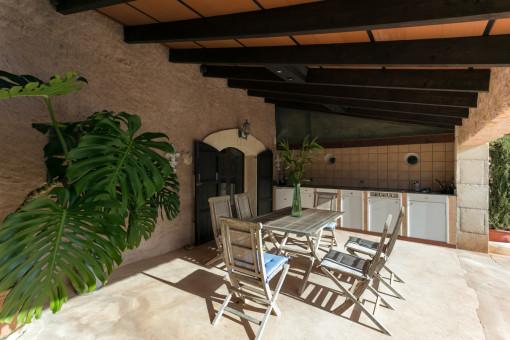 Überdachte Terrasse mit Sommerküche