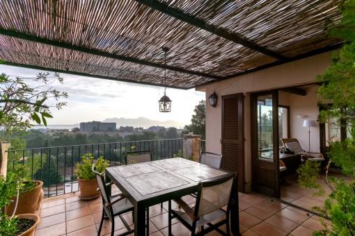 Wunderschöne Terrasse mit Essbereich