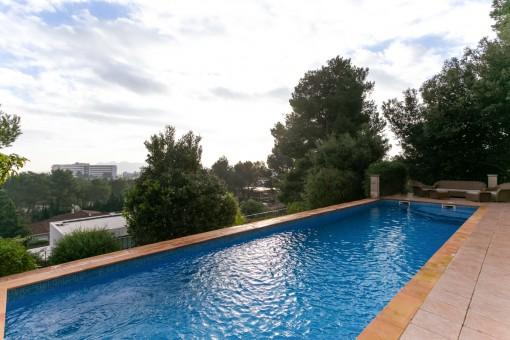 Weitläufiger Poolbereich mit Chill-out Lounge