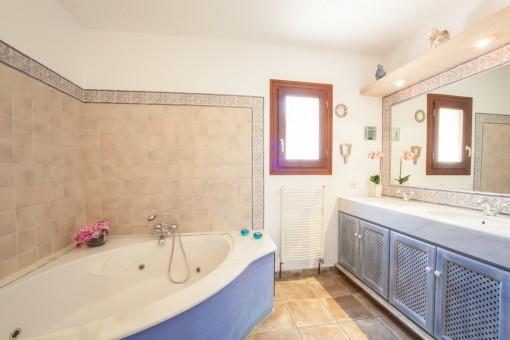 Großzügiges Hauptbadezimmer mit Badewanne