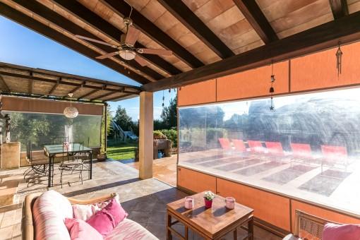 Gemütlicher Loungebereich auf der Terrasse