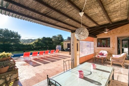 Überdachte Terrasse mit einladender Sitzecke