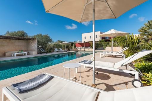 Pool mit verschiedenen Loungebereichen