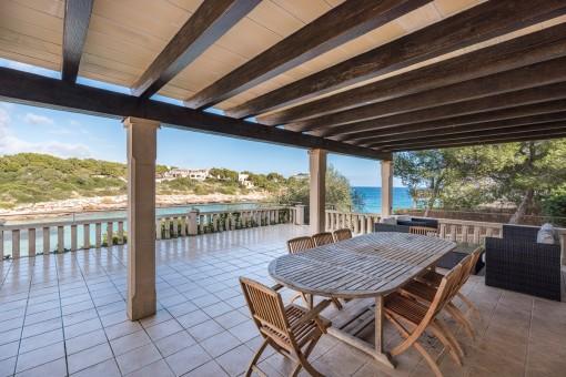 Wundervolle überdachte Terrasse mit Essbereich