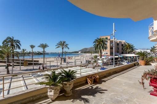 Große Terrasse mit Strandblick