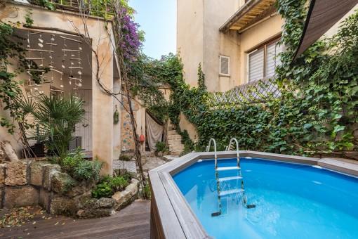 Reizender Pool auf der Terrasse