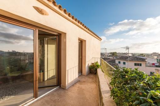 Der sonnige Balkon bietet herrliche Aussichten