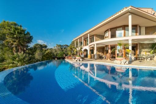 Außenansicht der Villa mit Pool